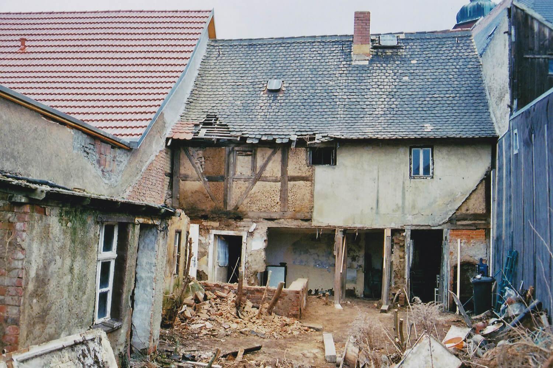 Das Haus während der Bauarbeiten (Hofansicht)